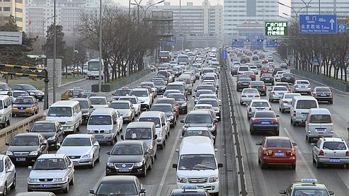 Cars travel on a main road in a traffic jam at the second ring road in Beijing January 26, 2011. Potential car buyers tried their luck in Beijing's first lottery for new-car registrations on Wednesday, but most were left empty-handed, victims of the city's efforts to tackle its ever-worsening traffic congestion. REUTERS/Christina Hu (CHINA - Tags: TRANSPORT)